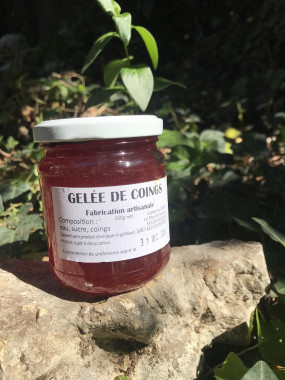 Pot de gelée de coing de pays, France.